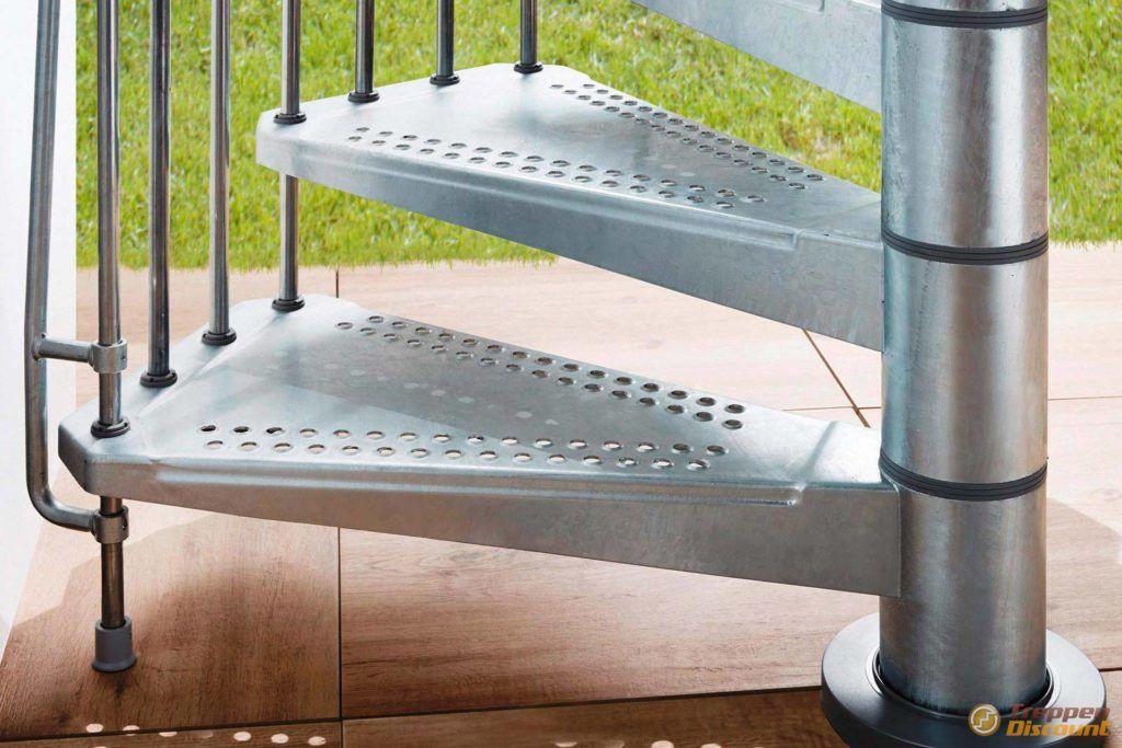 Stahlwendeltreppe mit geschlossenen Stufen